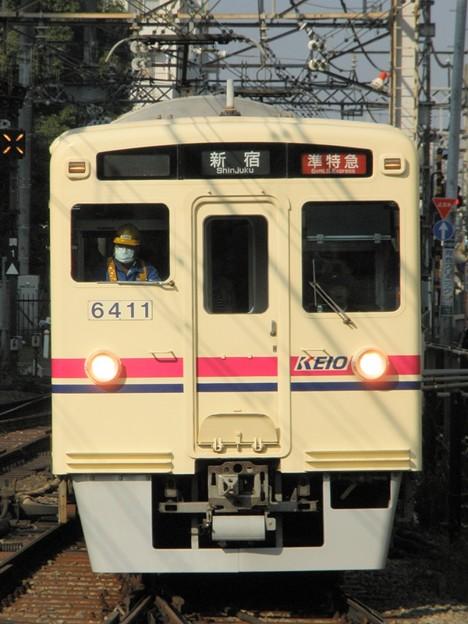 ゆっくりと調布駅4番線に入線する準特急