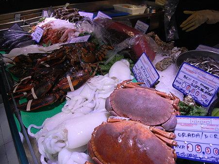 mariscco店先に並ぶ魚介類