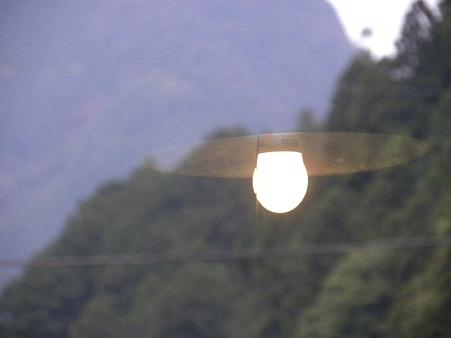 窓にうつる明かり