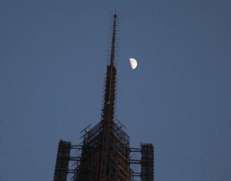 IMG_2951 テレビ塔と月その1
