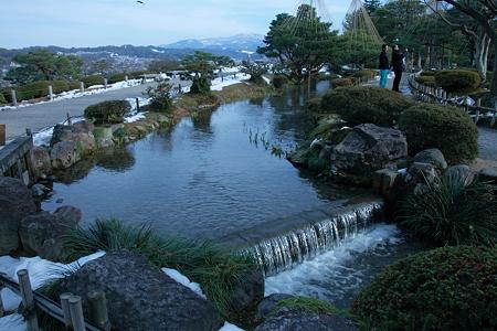 兼六園「曲水」 後ろは眺望台から山並み