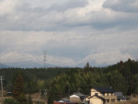 遠くに冠雪の山々