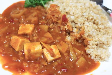 136kcalのトマト煮込みの根菜カレーにこうや豆腐をプラス