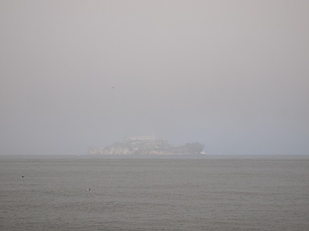 霧につつまれたアルカトラズ島