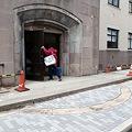 写真: 東京工業大学本館 イチョウ通り側入口