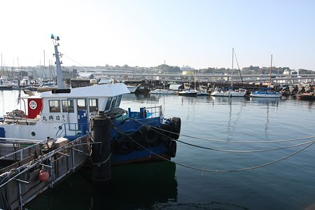 2009.11.21 貯木場防波堤 働く船