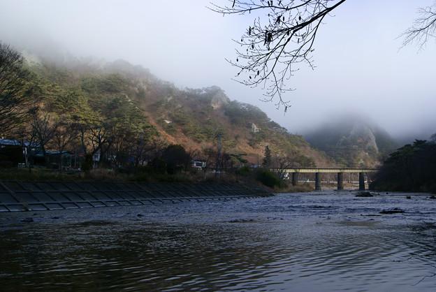 朝靄に包まれる矢祭山の奇岩群と久慈川の流れ