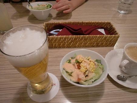 ビール、サラダ、コーヒー