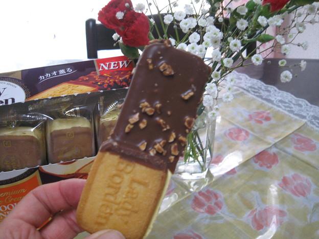Lady Borden クッキー部分をもってチョコの方から食べます!