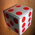 写真: たらちゃんルービックキューブにサイコロキャラメルで挑む