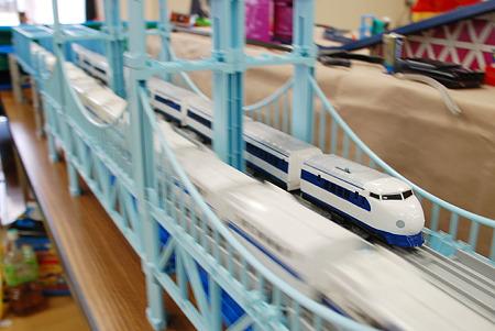 鉄橋を走る新幹線