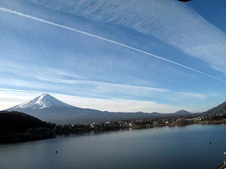 富士山のてっぺんを横切るひこうき雲!