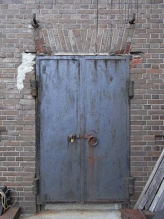 小さなレンガ倉庫の扉