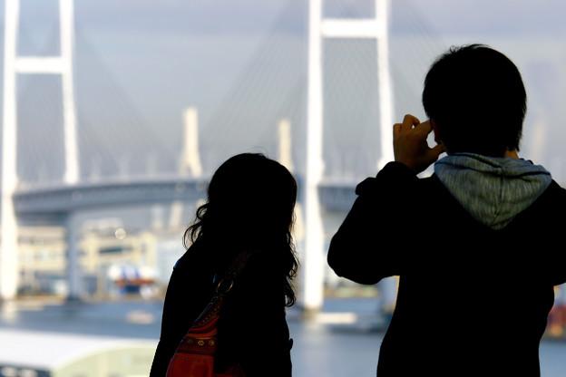二人の向こうの横浜ベイブリッジ