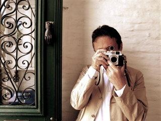 カメラをかまえる夫と緑色のドア