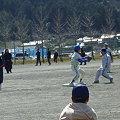 写真: 完璧な送球でタッチアウト