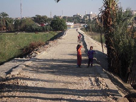 ルクソール西岸 畑の中の道
